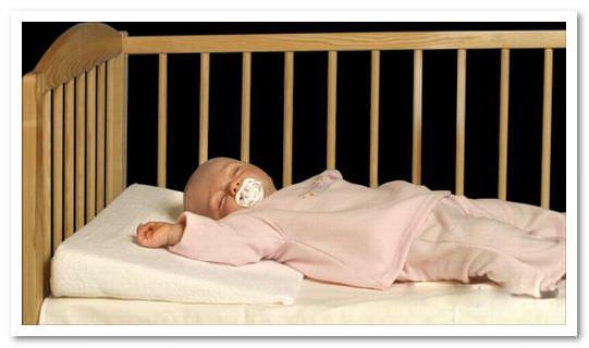 детская подушка в кроватку