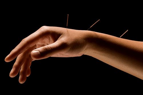 Промыть сустав антисептиком