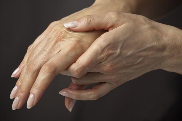 Болят суставы пальцев рук причины при сжатии